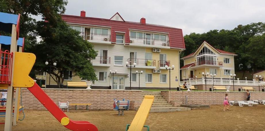 """Территория и детская площадка санатория """"Манчжур"""" во Владивостоке"""